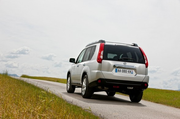 2011 Nissan X Trail driving experience 588x391 2011 Nissan X Trail   Photos, Features, Price