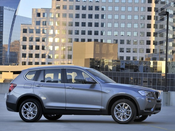2011 BMW X3 xDrive20d Front Side View 588x441 2011 BMW X3 xDrive20d   Photos, Features, Price