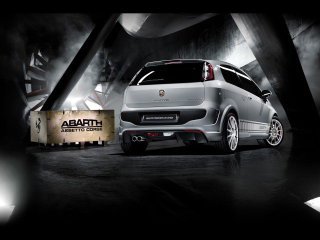Exterior 2011 Abarth Punto Evo esseesse Rear Angle 640x480 2011 Abarth Punto Evo esseesse   Photos, Features