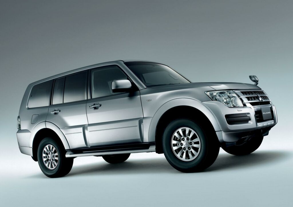 facelifted 2015 mitsubishi pajero out in japan. Black Bedroom Furniture Sets. Home Design Ideas