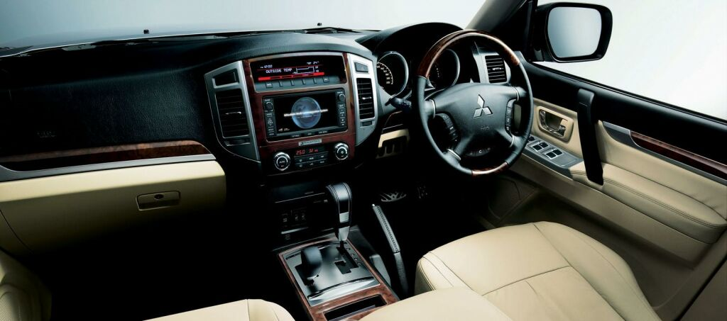 Facelifted 2015 Mitsubishi Pajero out in Japan | machinespider.com